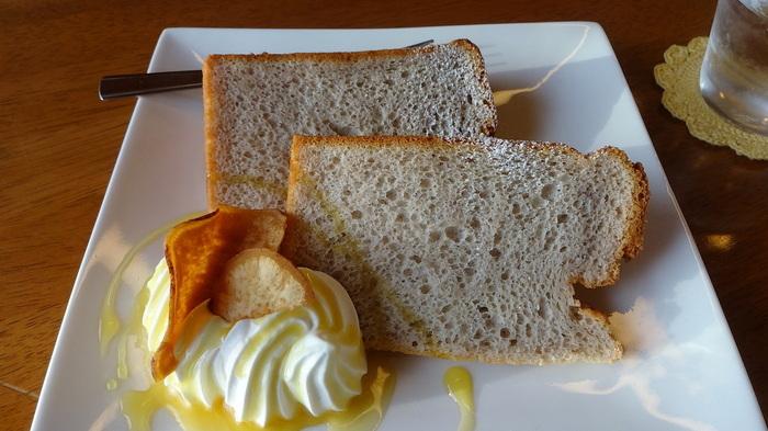 デザートにシフォンケーキはいかがですか?毎月味が替わるので、季節ごとのシフォンケーキに出合えるのも良いですね。たとえば、ある月は生地に紅芋パウダーが練りこまれていて、ほんのりお芋の甘さが感じられます。クリームにも紅芋ソースがかかていて、しっとり自然な甘さを楽しめます。