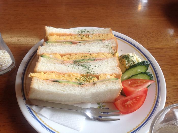 ランチの人気は、ジューシーな卵焼きサンド。注文を受けてから1枚ずつトーストしたパンに、ハムときゅうりをサンドしたボリュームのあるひと皿です。ふわふわの卵とシャキシャキのキュウリの食感など、どこか懐かしい味わいです。