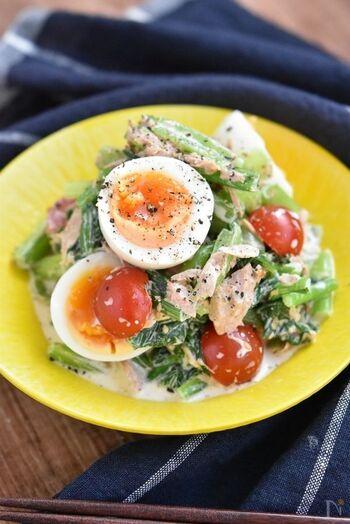 ボリュームたっぷりのデリ風サラダ。  ツナ缶とマヨネーズを加えているので食べやすく、子どもでもモリモリといただけそう♪ ゆで卵を最後に盛りつけるのが、見栄えをアップさせるポイント。白ごまをプラスして、さらなる栄養価アップ。