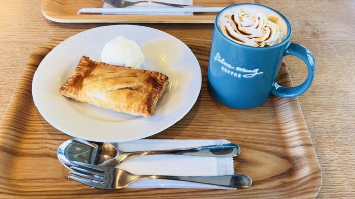 店名通り、オリジナルのブルーのマグがステキ。静かで落ち着いた雰囲気なので、時間を忘れてゆったりしたい日に訪れたいカフェです。