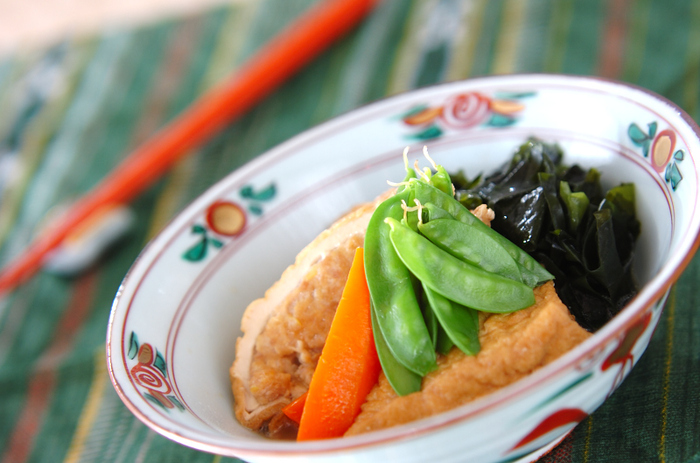 厚揚げをくり抜いて具を詰め、優しい煮物に。バランスもよく、華やかな和食膳にふさわしい一品になります。厚揚げを射込みにすることで煮物がグレードアップします。