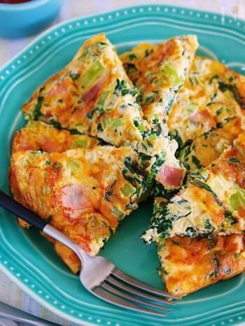 使う食材は、小松菜・卵・ベーコン・チーズだけ! 10分で完成するスパニッシュオムレツ風の卵焼きレシピ。  ベーコンと小松菜をフライパンで炒めて、チーズをたっぷり加えた卵を流し入れて焼き上げます。お弁当のおかずはもちろん、ワインのお供にもぴったり♪オムレツみたいに、ケチャップをかけていただくのもおすすめです。