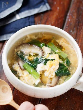 小松菜・シイタケ・卵という3つの食材だけで作れるショウガ入りのポカポカスープ。  みりんを加えることで、卵の甘さと相まって、小松菜の苦みを抑えています。身近な食材だけで完成するため、普段のスープレシピとして重宝します。  豚肉や他のキノコや野菜を入れて、ボリュームたっぷりに仕上げるのも◎。