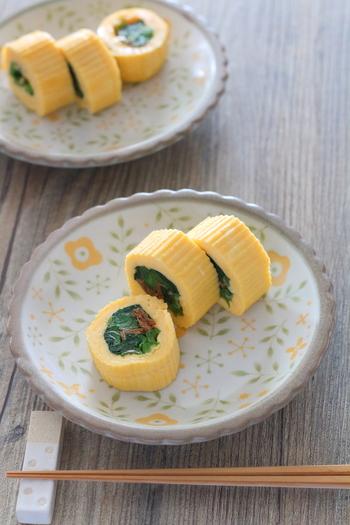 """お弁当のおかずやおもてなし料理としてもおすすめ♪ 見た目も味わいも上品な小松菜の卵焼きレシピ。  白だしとけずり節を加えることで、旨みがギュッと詰まった卵焼きが完成。""""巻きす""""で形を整えて、料亭の卵焼きみたいな出来栄えに◎"""