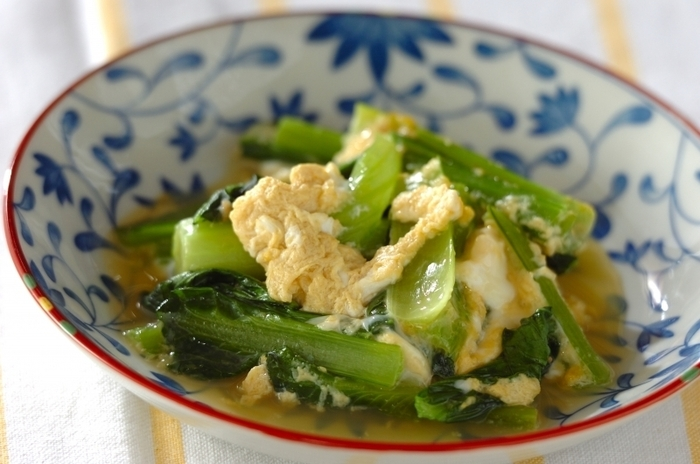 小松菜の卵とじやお浸しレシピをマスターすれば、もう一品欲しい……というときに大活躍します。栄養価が高いのに、カロリーが低いのも嬉しいポイント。  調味料を入れた鍋で小松菜を煮て、溶き卵を加えれば完成!仕上げにプラスしたラー油が、卵とじの美味しさを引き立てます。