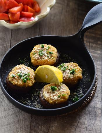 ドルマとは、トルコやギリシャ、アラブなどの国々で広く愛されている料理。キャベツやブドウの葉で具を包んで調理したり、ナスやパプリカなどに具を詰めた料理のことです。こちらは、たった10分でできるドルマ風。マッシュルームにひよこ豆ペーストを詰めて焼いています。