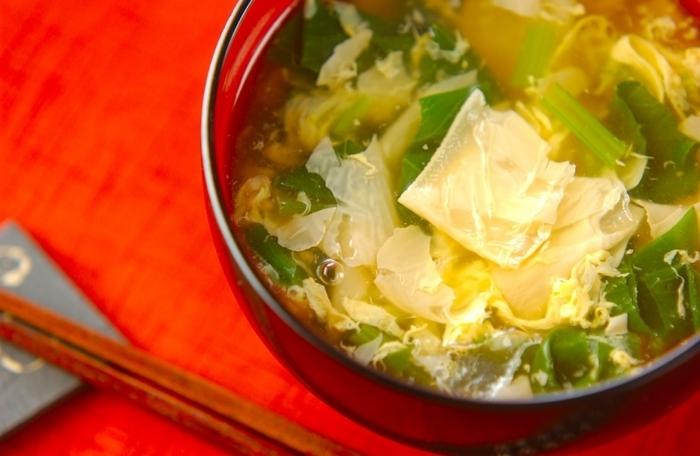 小松菜の卵スープレシピは、ご飯のお供としてだけでなく、食欲がない日やほっこり癒されたい夜食にもぴったり♪ 湯葉を加えることで、まろやかで上品な味わいのスープに。鍋にだし汁や具材を入れて、最後に卵を加えるだけで完成します。