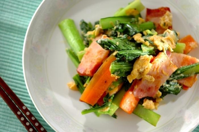 フライパンひとつでササッと作れる炒め物は、忙しい日のメインおかずとしても重宝します。  小松菜に多く含まれるβ-カロテンは、油と一緒に調理すると吸収率がアップすると言われています。 ベーコンの塩味がきいているため、味つけが簡単なのもメリット。しめじなどのキノコ類を加えたり、ピーマンをプラスしたりすれば、アレンジの幅がさらに広がります。