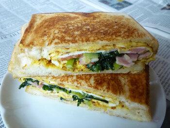 小松菜は、ホットサンドとも好相性。事前にフライパンで小松菜を加熱することでコンパクトになり、サンドイッチでも野菜をたっぷり摂取できます。卵は厚焼きにして、食べごたえ満点に♪お弁当やピクニック、お出かけ時の中食としても活躍しそう。粒入りマスタードを加えれば、ピリリとスパイスがきいた大人の味に仕上がります。