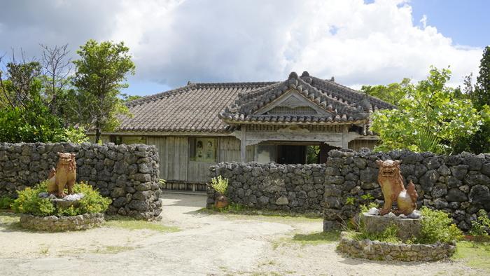 「石垣やいま村」は八重山の伝統的な古民家を移築し、昔ながらの暮らしを再現したテーマパークです。石垣空港から車で約20分、年中無休で朝9時からオープンしているので、帰りのフライト時間に合わせてスケジュールを組んでみても良さそうですね。