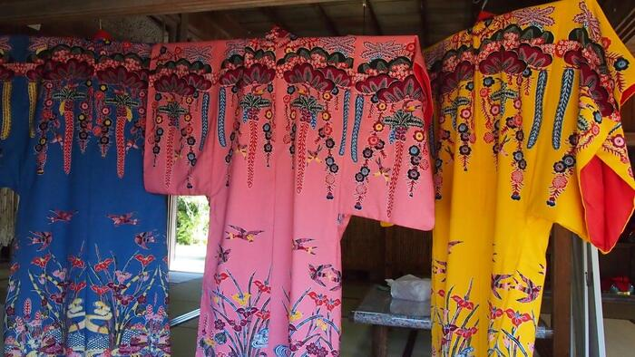 琉球王族の礼服であった「紅型」を借りて、記念撮影をすることもできます。色鮮やかな琉球衣装を身につけた写真は、良い思い出になりそうですね。その他、事前予約をすれば沖縄ならではの下記の体験を楽しむことができます。帰りのフライトまでの時間も、たっぷりと石垣島を味わえますね。  <やいま村体験プラン> ・サーターアンダギー作り体験 ・シーサー色付け体験 ・島ぞうりアート体験 ・貝のお守り作り ・マングローブ散策体験 (*2019年7月現在の情報です。詳細は施設にお問い合わせください。)