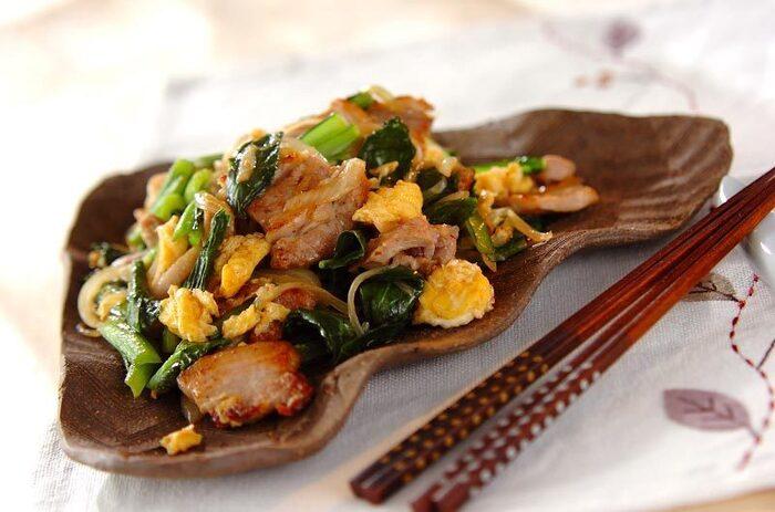 豚バラ肉とにんにく風味が食欲をそそる炒めもの。味付けはシンプルに塩のみ。調理が簡単なだけではなく、食材の美味しさを味わえます。  豚肉にも卵と同じく、良質なタンパク質が豊富に含まれています。また、豚肉にはビタミンB1も多く含まれて、疲労回復効果が期待できるので、忙しいときにも作りたい一品です。