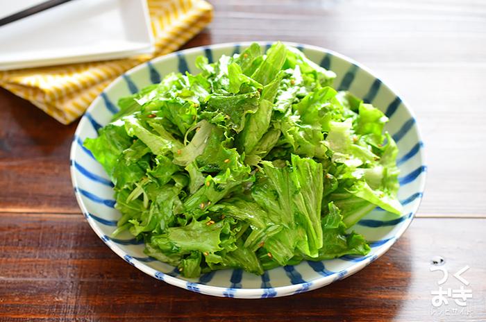 にんにくとごま油の風味があと引くチョレギサラダ。 韓国料理の人気とともに、定番サラダになったといえるかもしれません。  レタスを食べやすい大きさにちぎったら、調味料を混ぜるだけ◎ サラダを美味しく作るためには、レタスの水気をよく切ることがポイントなのだそう。
