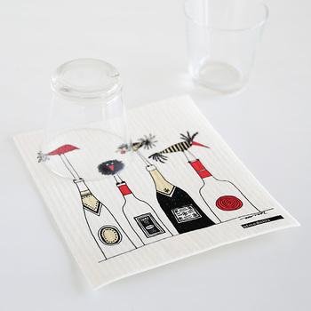 北欧の家庭のキッチンに必ずある定番アイテムは、スポンジワイプ。とにかく万能便利アイテムなんですよ。テーブルフキンにも、お掃除アイテムとしても、食器拭きにも、使い方は様々。