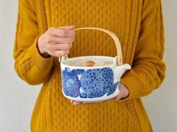 700mlもはいる大容量で、茶こしがついているので、好きな茶葉を入れて優雅なお茶の時間をお楽しみいただけます。フィンランドの白樺を彷彿とさせる、木製の持ち手も美しく、ずっと長く使えるアイテムですね。プレゼントにもおすすめですよ。