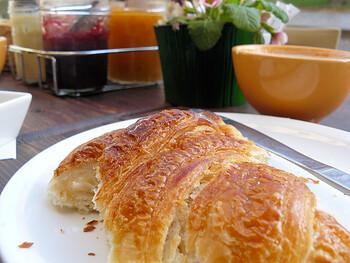 ホテルで朝ごはんも良いですが、クロワッサンとコーヒーで、パリジェンヌのような朝ごはんはいかがでしょう?  焼き立てパンのにおいのするカフェなら、ふらりと立ち寄っても失敗なしです。