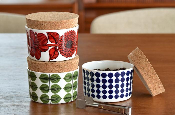 スウェーデン発の陶器メーカー「Gustavsberg(グスタフスベリ)」より、ミッドセンチュリーを代表するデザイナーStig Lindberg(スティグ・リンドベリ)の代表作が復刻版として登場しました。ナチュラルなコルク素材と、北欧生まれの美しいデザインの相性が抜群の、キャニスター。