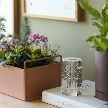 お花がない時には、オブジェとしても◎。せっかくなら光が差し込む窓際や、ライトの光の下に置いて、キラキラを楽しんでくださいね。