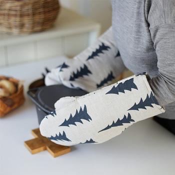 スウェーデン発祥のブランド「FineLittleDay(ファインリトルデイ)」。ブランドを代表するデザインである、モミの木は北欧の森を連想させる、心がほっこりするデザインです。リネンとコットンのハーフ素材は、優しく手触りがよく、使うほど馴染んでいくのも特徴です。