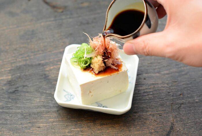 豆腐には、肌の基礎を作る良質のタンパク質が含まれるほか、肌の水分を保持する大豆イソフラボン、老化防止に効果的な大豆サポニンなど、体に良い栄養素が豊富に含まれています。スーパーやコンビニで手軽にお得に購入でき、さまざまな調理法で飽きずに美味しく食べられるのも嬉しいところ。