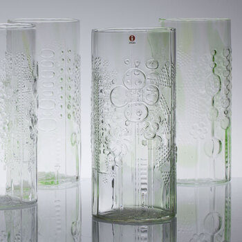 魅力はイッタラらしい柄と、すこーし入った色ガラス。一瞬透明に見えても、光が差し込む強さや方向で様々な顔を見せてくれます。もちろん一つ一つ違うので、どんなお皿やグラスが手元に来るかも出会いですね♪