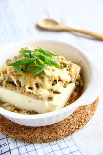 和の食材とチーズが絶妙な組み合わせの豆腐グラタン。グラタンの具にピリ辛味の鶏そぼろとごぼうの角切りを使った、歯ごたえも楽しい一品です。