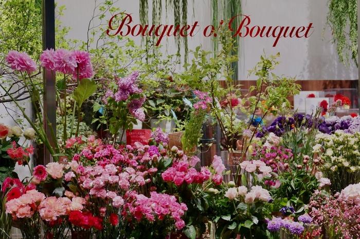 お花屋さんにもいろいろなタイプがありますが、フラワーキーパーと呼ばれるお花が入った冷蔵庫から出されたお花は、どうしても気温差でお花が傷んでしまいがちです。可能であれば、フラワーキーパーではなくお店の中で保管されているお花を購入する様にしましょう。