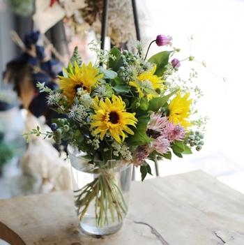 見ているだけで元気がもらえるヒマワリは、夏のアレンジには欠かせないお花。ヒマワリを主役に、ヒマワリよりも小さめなお花を散りばめて夏らしく仕上げてみてはいかがでしょうか。お花はもちろん、グリーンも入れると夏のお花畑の様な印象に。