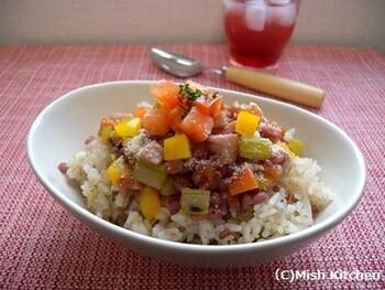 肌が喜ぶビタミンの豊富な夏野菜と雑穀米を組み合わせた、最強の美肌どんぶり!夏の休日ランチにいかが?  あつあつのご飯に冷やした具材をのっけてもOK♪  がっつりヘルシーに、美と元気を養いましょう♪