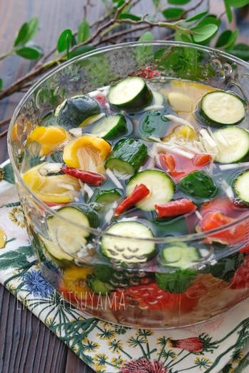 水キムチとはつけ汁ごとおいしくいただけるキムチで、普通のキムチの約2倍の乳酸菌がふくまれているそう。  夏野菜で美肌成分を・乳酸菌で腸内環境を整えて、カラダの中から美肌をつくりましょう。  ガラスの器によそうと、見た目にも涼しげですね~♪