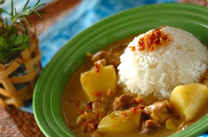 """""""世界の美味しい料理""""ランキングで一位に選ばれたことがある「マッサマンカレー」は、タイ南部発祥の伝統料理です。様々なスパイス・ハーブ・調味料・ココナッツミルクをMIXした、コク深い味わいが特徴的。スパイスとハーブが爽やかに香るマッサマンカレーは、暑い夏にぴったりの一品です。"""