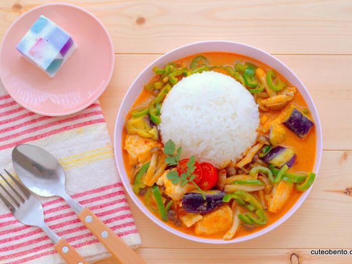 赤唐辛子などのスパイスを調合した色鮮やかな「レッドカレー」。こちらも市販のペーストを使用するので、お家でも簡単にタイカレーを作ることができますよ。タイ米を添えれば、より本格的な味が楽しめます。