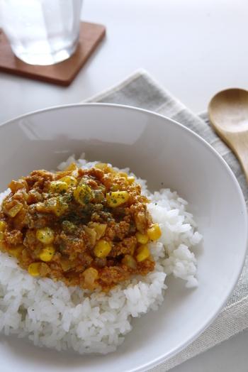 レンジで4分加熱するだけで、簡単に作れるドライカレーです。調理のポイントは2回に分けて加熱することと、トマトベースの野菜ジュースを使用すること。野菜の旨みが凝縮した野菜ジュースを加えることで、コクがプラスされて美味しく仕上がります。