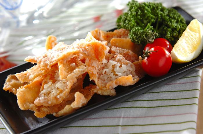 薄くスライスした鶏のささみをカラッと揚げた、お弁当にもおつまみにも相性抜群のレシピです。粉チーズとハーブソルトで下味をつけているので、ちょっと残った粉チーズがあるときに試してみるのもよさそう!
