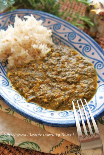 お野菜たっぷりの「ほうれん草カレー」も、インドを代表する定番料理です。こちらは本場の味を日本人向けにアレンジした、簡単&美味しいカレーレシピです。作ってからしばらく時間を置くことで、味が馴染んでさらに美味しくいただけるそうです。