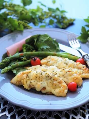 下味をつけたらオーブントースターで焼く!カレー風味ととろけるチーズで食べ応えも感じられるので、メイン料理になりそうです。フライパンを使わないので、調理が楽&洗い物が少なく済むのも嬉しいポイントですね。