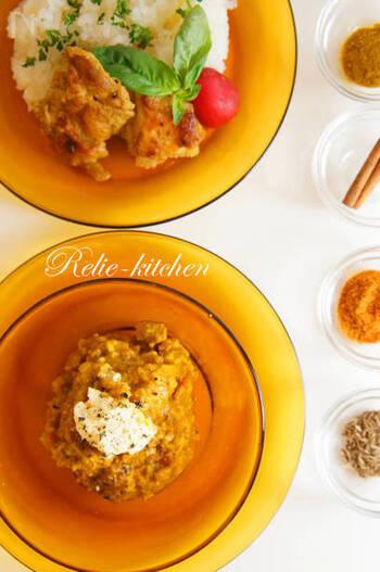 レンズ豆を使用したカレー(ダール)は、南インドの定番料理です。こちらのレシピではインドの豆を使用していますが、ひよこ豆や大豆の水煮でも代用可能。ガラムマサラにクミンシード、シナモンやターメリックなど。様々なスパイスをブレンドすることで、本格的な味に仕上がります。
