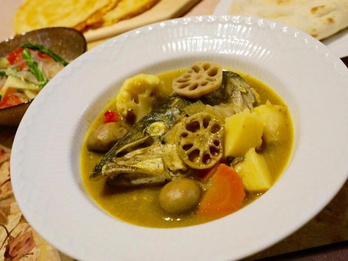 お魚の頭がカレーに入った「フィッシュヘッドカレー」は、シンガポールの名物料理です。魚の頭と野菜をハーブ&スパイスで煮込んだ、旨みたっぷりの絶品カレー。カレー好きはもちろん、魚好きの方にもぜひおすすめです。