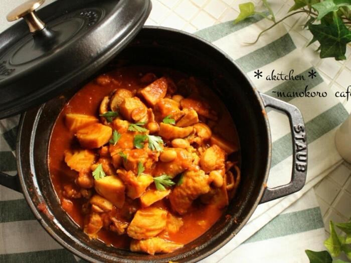 こちらはパキスタンの有名なカレー「チキンカラヒ」です。玉ねぎとトマトで煮込んだ深いコクと、スパイスの芳醇な香りが特徴的。鶏肉と野菜がたっぷり入って、栄養満点の一品です。