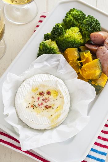 カマンベールチーズをくり抜いて電子レンジで加熱すればできる簡単チーズフォンデュのレシピ。お好みで、黒こしょう・ピンクペッパー・オリーブオイルを加えると◎