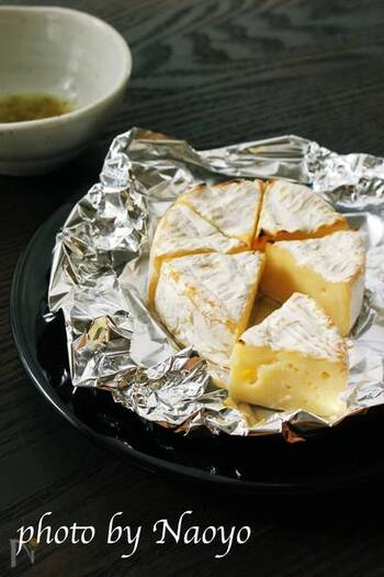 カマンベールを魚焼きグリルまたはトースターで焼くだけのお手軽レシピ。カマンベールチーズは焼くと中がふわとろに。柚子胡椒レモンだれで味にアクセントをつけましょう。
