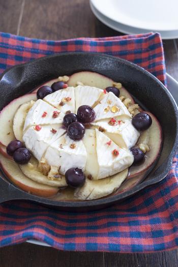 バターソテーしたりんごに、バナナとカマンベールチーズを乗せてトースターで焼いたフルーツとカマンベールチーズのグリル焼き。おやつとしてコーヒーのおともなどにも楽しめますし、パーティーメニューにもいいですね。