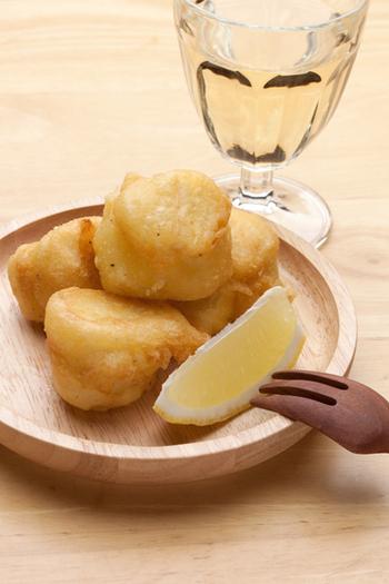 カマンベールチーズに天ぷら粉をまぶして揚げたフリットは、衣にビールと塩胡椒を入れるだけで、衣がふわふわサックリもっちりに。冷えた白ワインによく合うおつまみです。