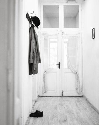 ワードローブチェック表を作り始めると、持っていたことさえ忘れている服が出てくるものです。なぜ忘れていたのでしょうか? それは、その服に心がときめかないから。持っているだけでうんざりするもの、ストレスの元になるものは処分してスッキリさせましょう。