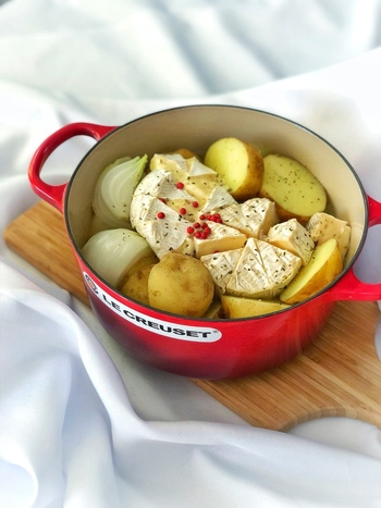 じゃがいもと玉ねぎを蒸し、カマンベールチーズをのせてさらに蒸すだけの簡単レシピ。ほくほくのお野菜を、チーズにからめながらいただきます。