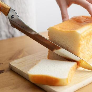 一斤で買ったちょっと良いパン。できるだけパンくずを出さずに気持ちよく切りたいですよね。長い刃渡りでスッとストレスなく着ることができるパン切り包丁です。