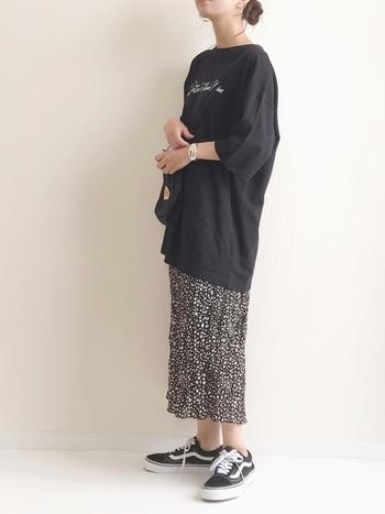 ビッグTシャツ×柄ロングスカートのモノトーンコーデに、VANSのオールドスクールを履いて。クラシックラインの代表モデルとゆるっとしたシルエットがGoodバランスです。