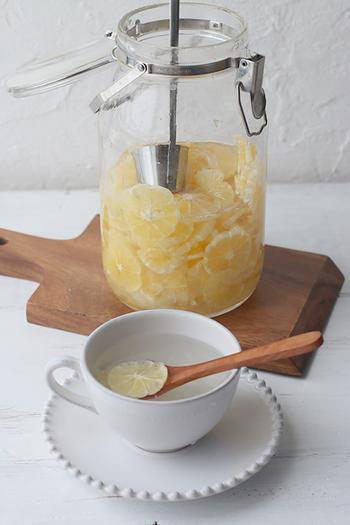 レモンをスライスして、氷砂糖と一緒に保存瓶に漬け込んで作る、自家製レモンシロップ。氷砂糖が溶けたら完成!お湯やお水、炭酸水で割るだけで手軽にレモネードを楽しむことができます。