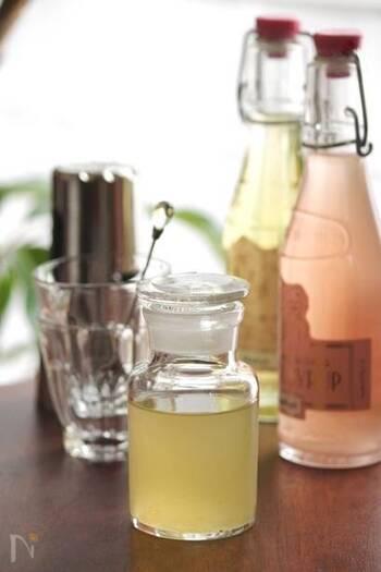 すぐに飲みたいときには、こちらのレモンシロップのレシピを♪レモンの果汁と、水にグラニュー糖を溶かしたものを混ぜるだけ。砂糖の量はお好みで調整してみてください。