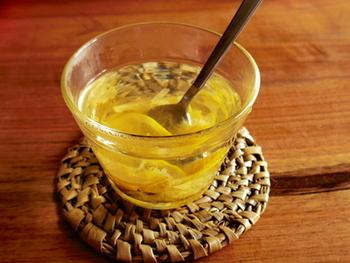 レモンのマーマレードをお湯で割るだけで、身体の芯からほっこりと温まる、ホットレモネードが作れます。冬場に不足しがちなビタミンCの摂取にも◎